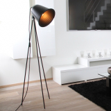 kovova-stojaci-lampa-taboo-cerna-obrazek