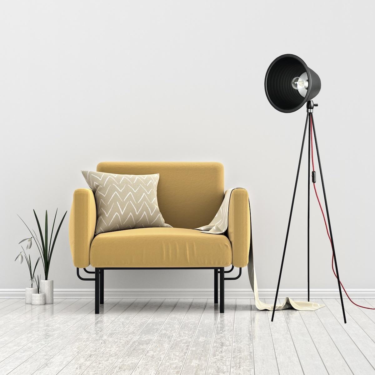 lampada-da-terra-taboo-nera-accanto-al-design-della-sedia