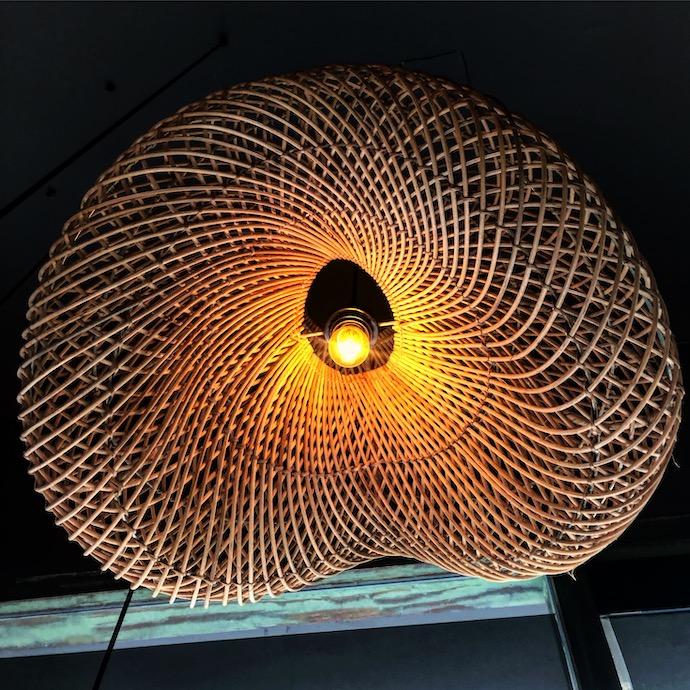ratanova-zavesne-osvetleni-rattoo-nad-kuchynskym-barem-tdlamps